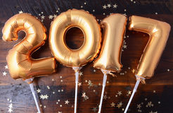 Счастливый воздушный шар 2017 Нового Года золота Стоковое Изображение