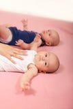 Счастливый двойной лежать ребёнков Стоковое Изображение