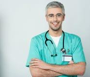 Счастливый врач при пересеченные оружия стоковое фото