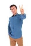 Счастливый вскользь человек делая знак победы или руки мира Стоковые Фото
