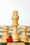 Счастливый День отца: король и пешки на шахматной доске Стоковые Изображения RF