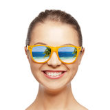 Счастливый девочка-подросток в солнечных очках Стоковая Фотография RF