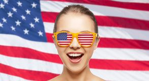 Счастливый девочка-подросток в тенях с американским флагом Стоковая Фотография RF