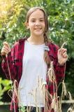 Счастливый девочка-подросток в checkered рубашке представляя в пшеничном поле Стоковые Фото