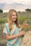 Счастливый девочка-подросток держа гнездо снаружи стоковые фото