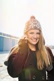 Счастливый девочка-подросток с шляпой beanie говоря на телефоне Стоковые Изображения