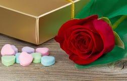 Счастливый день валентинок с красной розой и подарками на деревенской древесине Стоковая Фотография