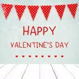 Счастливый день ` s валентинки над зеленой стеной и красная партия овсянки сигнализируют Стоковое Изображение RF