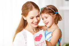 Счастливый день ` s матери! Дочь ребенка поздравляет мам и дает Стоковое Изображение