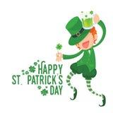 Счастливый лепрекон держа клевер и зеленое пиво Стоковые Фото