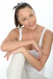 Счастливый естественный красивый уверенно портрет молодой женщины Стоковая Фотография