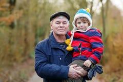 Счастливый дед с его внуком на руке Стоковые Изображения RF