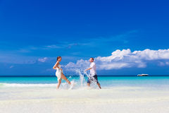 Счастливый жених и невеста имея потеху на тропическом пляже Стоковое фото RF