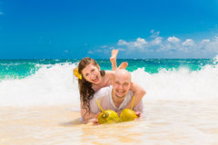 Счастливый жених и невеста имея потеху на тропическом пляже Wedding Стоковое Изображение RF