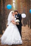 Счастливый жених и невеста на их свадьбе стоковое фото rf