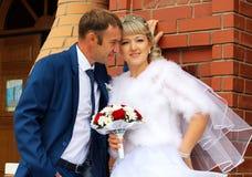 Счастливый жених и невеста на их свадьбе Стоковые Фотографии RF