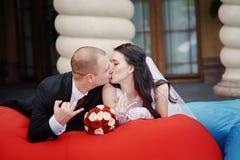 Счастливый жених и невеста показывая их кольца на руках Стоковое Изображение RF