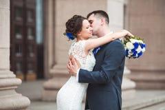 Счастливый жених и невеста празднуя день свадьбы пожененный целовать пар Длинная концепция семейной жизни Стоковые Фотографии RF
