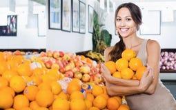 Счастливый женский клиент выбирая зрелый сладостный цитрус Стоковое фото RF