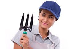 Счастливый женский обслуживающий персонал садовника, рука держа рыхлитель Стоковые Фотографии RF