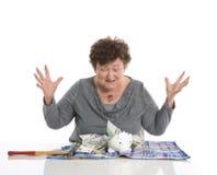 Счастливый женский пенсионер после ломать ее piggy коробку Conce денег стоковые фото