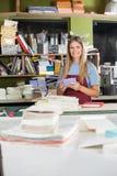 Счастливый женский работник держа бумаги в фабрике стоковые фото