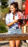 Счастливый женский сервер держа поднос с пить снаружи стоковое изображение