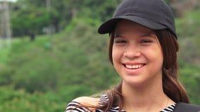 Счастливый женский смеяться над предназначенного для подростков или людей Стоковое Фото