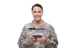 Счастливый женщина-солдат используя мобильный телефон Стоковые Изображения RF
