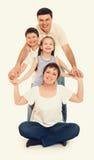 Счастливый желтый цвет семьи тонизировал 4 люд Стоковая Фотография