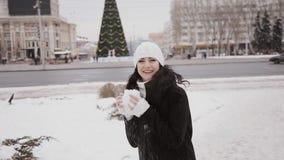 Счастливый закручивать девушки рождественской елки акции видеоматериалы