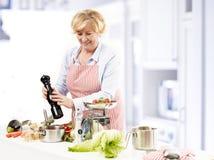 Счастливый зрелый варить женщины Стоковое фото RF