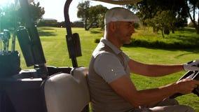 Счастливый игрок в гольф управляя багги на поле для гольфа сток-видео
