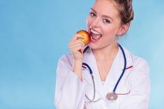 Счастливый диетолог диетврача с плодоовощ яблока Стоковые Изображения RF