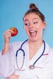 Счастливый диетолог диетврача с плодоовощ яблока Стоковое фото RF