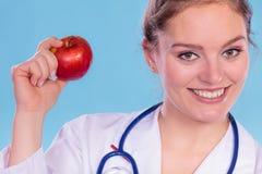 Счастливый диетолог диетврача с плодоовощ яблока Стоковые Фото