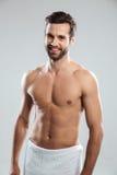 Счастливый изолированный молодой человек одел в положении полотенца Стоковые Фото
