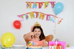 Счастливый именниный пирог вырезывания ребенка Стоковые Изображения