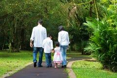 Счастливый индийский идти семьи внешний Стоковое Фото