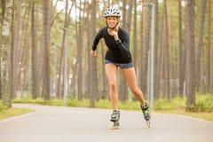 Счастливый и атлетический практиковать конькобежца ролика Стоковые Изображения RF