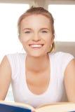Счастливый и усмехаясь девочка-подросток с книгой Стоковые Изображения RF