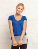 Счастливый и усмехаясь девочка-подросток с компьтер-книжкой Стоковые Изображения RF