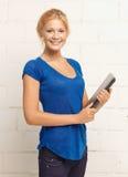 Счастливый и усмехаясь девочка-подросток с компьтер-книжкой Стоковая Фотография RF