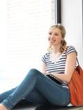 Счастливый и усмехаясь девочка-подросток с компьтер-книжкой Стоковое Изображение