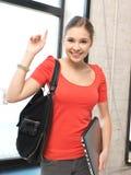 Счастливый и усмехаясь девочка-подросток с компьтер-книжкой Стоковые Фотографии RF