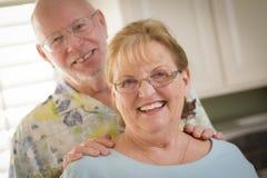 Счастливый кавказский старший портрет пар внутрь Стоковое фото RF