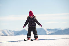 Счастливый кататься на лыжах маленькой девочки покатый стоковое фото