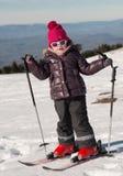 Счастливый кататься на лыжах маленькой девочки покатый стоковая фотография