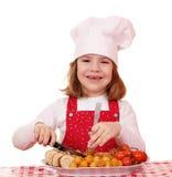 Кашевар маленькой девочки с едой лакомки Стоковое Фото