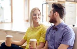 Счастливый кофе человека и женщины выпивая в офисе Стоковые Фотографии RF